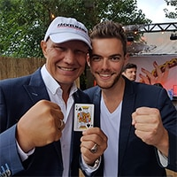 Pik König, präsentiert von Boxer Axel Schulz und Zauberer Ben David. Fragen Sie jetzt unverbindlich an.